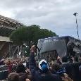 """Arriva il Napoli al San Paolo, i tifosi accolgono il bus: """"Devi vincere!"""" [VIDEO CN24]"""