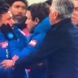 Mario Rui e Callejon furiosi, rissa sfiorata con Mazzoleni: Ancelotti li tira via di peso [VIDEO]