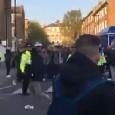 Londra, tifosi del Napoli scortati dalla Polizia inglese nel tragitto verso lo stadio [VIDEO]