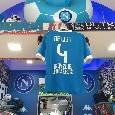 Una maglia SSC Napoli per De Ligt: in città si celebra la sconfitta della Juve [FOTO]