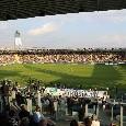 """""""De Laurentiis pezzo di me***"""", i tifosi del Frosinone si scagliano contro il patron del Napoli: il settore ospiti applaude"""