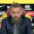 De Rossi dice addio alla Roma, commovente applauso dei compagni dopo la conferenza [VIDEO]