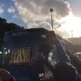 """Napoli-Inter, arriva il pullman degli azzurri al San Paolo. I tifosi intonano: """"Devi vincere"""" [VIDEO CN24]"""