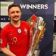 Il Portogallo vince la Nations League, Mario Rui festeggia con la coppa [FOTO]