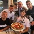 Relax Manolas dopo l'impresa col Liverpool, pizza con dedica sul lungomare e posa davanti alla maglia di Diego [FOTO]