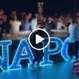 """""""Chi non salta è juventino!"""": giocatori del Napoli scatenati alla festa, cori anti Juve alzando la coppa al cielo [VIDEO]"""