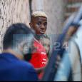 """Osimhen a 360°: """"Futuro? Voglio vincere e giocare nei club migliori del mondo! Drogba un modello, la famiglia è tutto per me. Su Neymar, le stagioni tra Wolfsburg e Charleroi e mio fratello che tifa Manchester United..."""""""