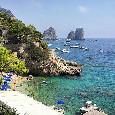 Osimhen a Capri raggiunge subito De Laurentiis, poi arriva Giuntoli. La ragazza e l'entourage in giro per l'isola [ESCLUSIVA]
