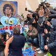 Roma, Bruno Conti omaggia Maradona ai Quartieri Spagnoli con una corona di fiori [VIDEO]