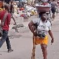 """Ragazza vende acqua senza una gamba, l'appello provato di Osimhen: """"Aiutatemi a trovarla"""" [FOTO]"""
