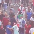 Euro2020 - Un gruppo di tifosi italiani sfila all'esterno di Wembley: salutati con rispetto dai supporters inglesi [VIDEO]