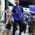 L'Italia atterra a Fiumicino, Mancini e Chiellini scendono con la coppa dell'Europeo tra le mani