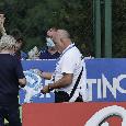 Dimaro, De Laurentiis firma autografi ai tifosi al campo di Carciato: spunta anche la 10 di Maradona [FOTOGALLERY CN24]