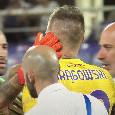 Gesto da brividi di Ospina: al fischio finale va a consolare il portiere avversario in lacrime per un infortunio [FOTO]