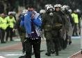 Follia in Grecia, tifosi in campo con armi e coltelli per il derby Panathinaikos-Olympiacos