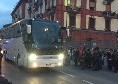 Pullman del Napoli arrivato al San Paolo: pochi tifosi sotto la pioggia a caricare gli azzurri [VIDEO CN24]