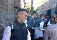 """""""Mister portaci in Champions"""", l'Inter lascia Palazzo Caracciolo direzione stadio San Paolo: tanti tifosi ad incitarli [VIDEO]"""