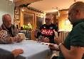 """Ancelotti, De Laurentiis e Pompilio se la giocano a carte in hotel a Dimaro. La SSC Napoli twitta: """"Una grande serenità"""" [FOTO]"""