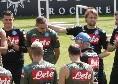 Dimaro 2019, riunione tecnica prima dell'allenamento: il gruppo fa gli auguri a Marko Rog! [FOTO CN24]