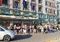 Bagno di folla all'Hotel Vesuvio, ma non è per Lozano: atteso un famoso attore [VIDEO]