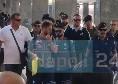 Il sorriso di Verdi, la concentrazione di Manolas e la <i>scorta</i> per la coppia Insigne-Mertens: gli scatti della partenza del Napoli per Firenze [FOTOGALLERY CN24]
