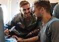 Azzurri in partenza per Salisburgo: Mertens e Fabian immortalati in aereo [FOTO]