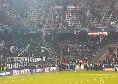 I giocatori del Napoli festeggiano la vittoria sotto la Curva, cori e bandiere azzurre alla Red Bull Arena [VIDEO]
