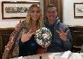 Milik festeggia la tripletta al Genk in Champions a cena con la compagna e il pallone [FOTO]