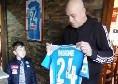 Il suocero di Insigne consegna la maglia di Lorenzo al piccolo Mario [VIDEO]