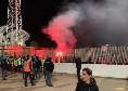 Cagliari, tifosi fuori lo stadio con fumogeni nonostante il COvid: arriva il Daspo