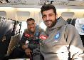 Napoli in partenza per Brescia, Luperto ed Allan sorridenti sull'aereo [FOTO]