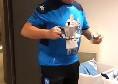 Compleanno Starace, Mertens lo riprende negli spogliatoi mentre offre il caffè con una maglia celebrativa [VIDEO]
