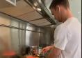 """Fabian si diletta in cucina: lo spagnolo mostra come preparare la """"paella"""" [VIDEO]"""
