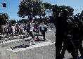 Manifestazione Ultras a Roma, momenti di tensione: lanci di bombe carta e cariche contro giornalisti e polizia [VIDEO]