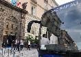 Folla numerosa all'esterno dell'Hotel Palazzo Caracciolo, tra poco il Napoli partirà verso il San Paolo: arriva anche Edo De Laurentiis [FOTO CN24]