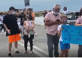 Sportitalia - I tifosi del Napoli fuori al centro sportivo, foto e autografi dei calciatori [VIDEO]