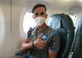 Napoli a bordo dell'aereo per Barcellona, Fabian Ruiz posa per uno scatto in mascherina [FOTO]