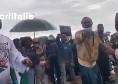 La comunità nigeriana aspetta Osimhen a Castel Volturno, continua la protesta contro la violenza della Polizia [VIDEO]