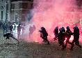 Roma risponde a Napoli, proteste nella notte contro le chiusure: scontri, cassonetti e moto a fuoco in centro [FOTOGALLERY]