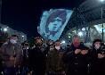 Lutto Maradona, centinaia di tifosi fuori al San Paolo: bandiera, candele, fiori e vessilli per Diego [FOTOGALLERY]