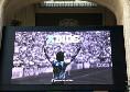 Addio Maradona, Milano celebra Diego: foto da brividi sui maxischermi della Stazione Centrale [FOTO]