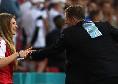 Dramma Eriksen, la moglie corre subito in campo: abbraccio con Kjaer e Schmeichel [FOTO]