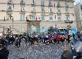 Cori e carica alla squadra, centinaia di ultras fuori l'Hotel Caracciolo per sostenere il Napoli! Scorteranno il pullman verso il Maradona [VIDEO CN24]