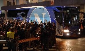 Pullman del Napoli arrivato al San Paolo: i pochi tifosi azzurri si fanno sentire [VIDEO CN24]