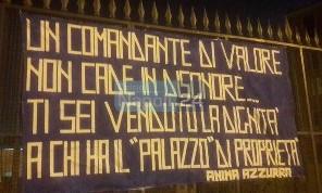 Ti sei venduto la dignità a chi ha il palazzo di proprietà!: striscione contro Sarri esposto in pieno centro a Napoli [FOTO]