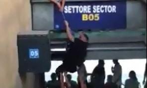 Solita vergogna al San Paolo: i tifosi scavalcano da un settore all'altro [VIDEO]
