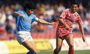 Fece crollare un pezzo di curva, Maiellaro ricorda Maradona: In un Napoli-Bari non si capacitava come non fossi io il rigorista! La battuta all'ennesimo fallo di Terracenere fu geniale [ESCLUSIVA]