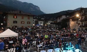 L'allarme de Il Mattino: il Covid incombe, focolaio a Mezzana. La festa del Napoli dura poco dietro la spinta delle forze dell'ordine