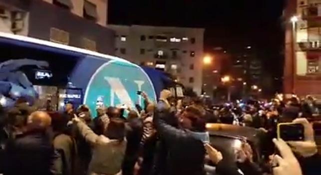 VIDEO CN24 - Napoli-Sassuolo, gli azzurri sono arrivati al San Paolo: c'è grande entusiasmo