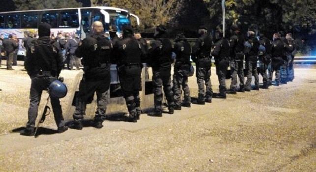 Lanci di fumogeni, petardi e tensione tra tifosi: la polizia ha evitato scontri tra ultras Napoli e Bologna, i dettagli